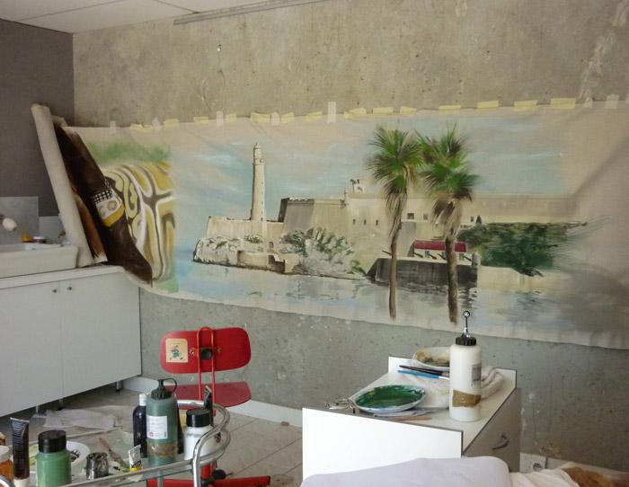 Travail en cours en atelier ; le décor est peint sur toile de lin et coton.