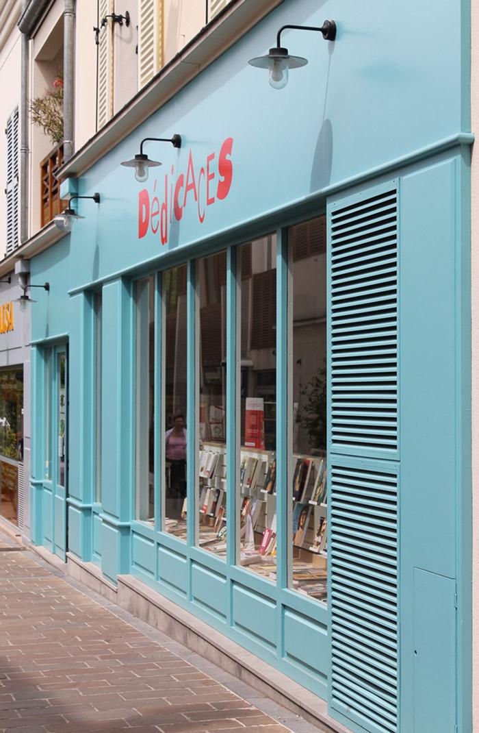 la célèbre librairie Dédicaces à Rueil-Malmaison fait peau neuve sous la houlette du cabinet d'Emmanuelle et Philippe Vizet.
