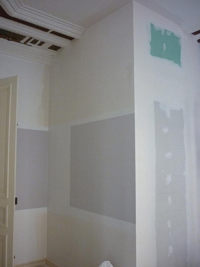 La salle de radiologie empiète sur la salle d'attente, interrompant les moulures du plafond.