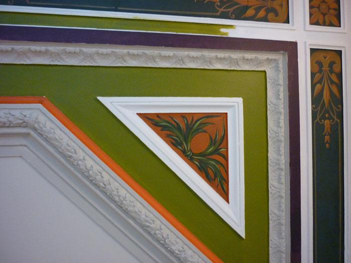 Tous les motifs découverts ont été rafraîchis et soulignés par une gamme de couleurs vives.