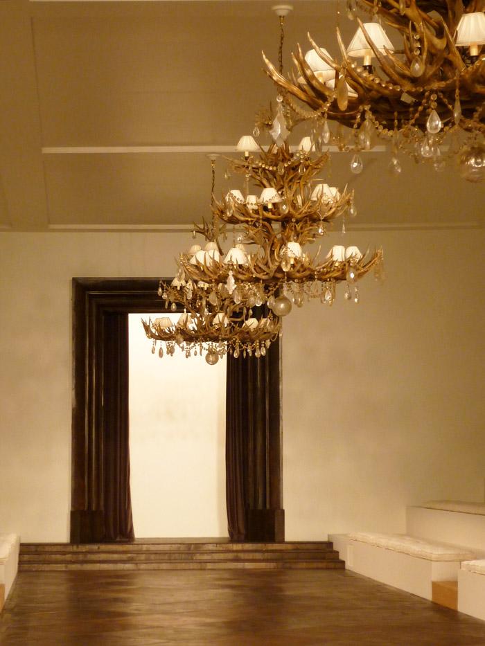 Vue générale du podium entièrement créé dans une salle de l'Ecole Nationale des Beaux Arts.