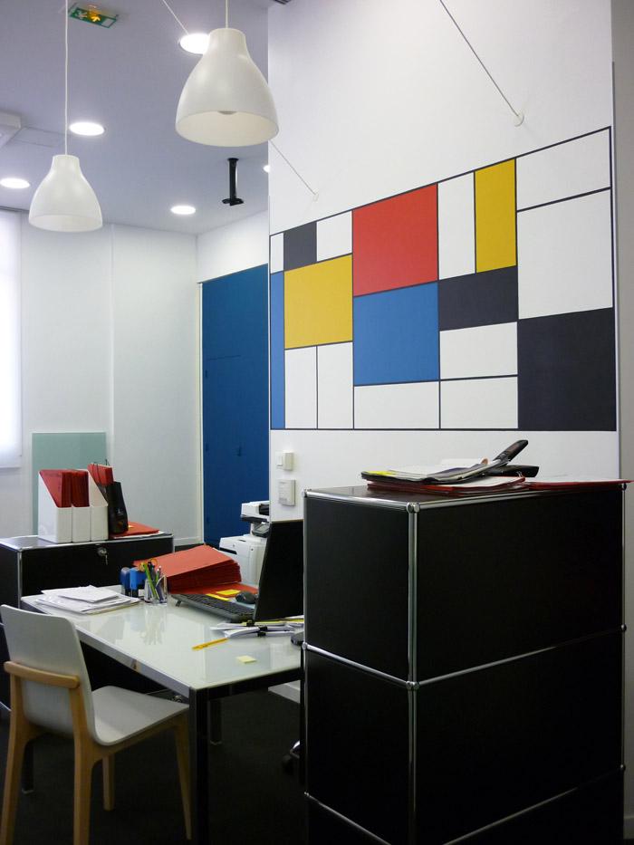 Les mobiliers caissons noirs accentuent le graphisme rectiligne de l'œuvre.