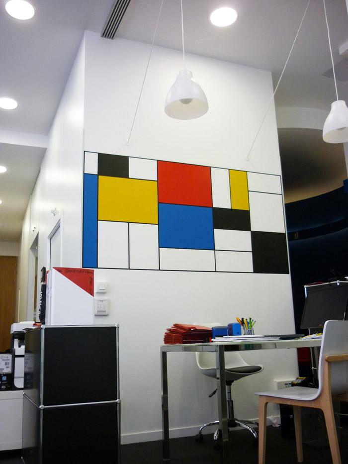 Toute la largeur du panneau est utilisée. Les aplats et les lignes sont réalisées à la main à la peinture acrylique satinée.