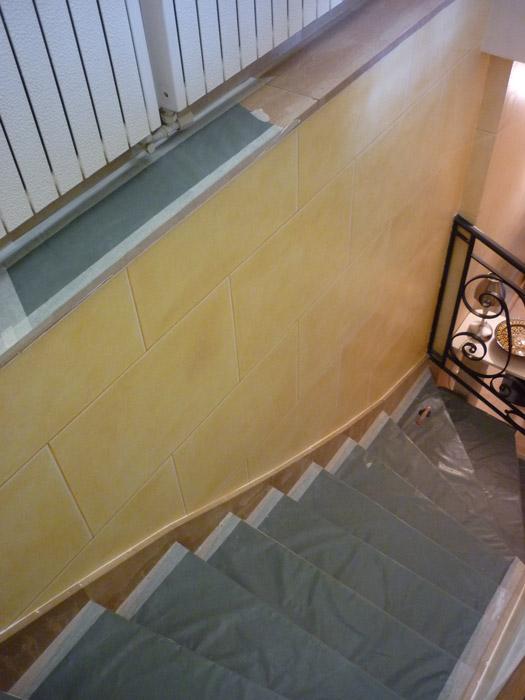 Vue de la cage d'escalier repeinte.