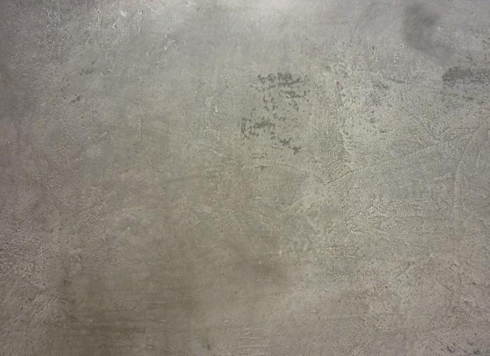Sur le panneau bien sec, application de la céruse qui accentue les reliefs.