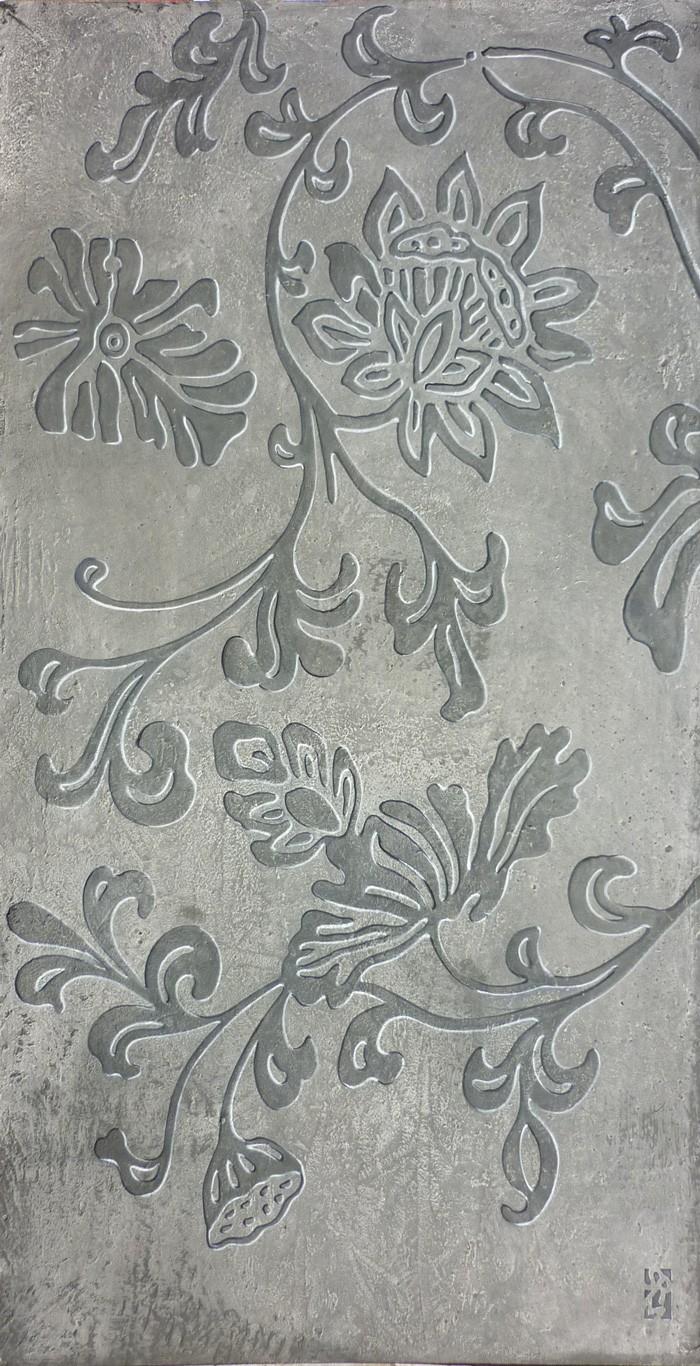 Réalisation d'un décor floral peint à la manière d'un bas-relief.