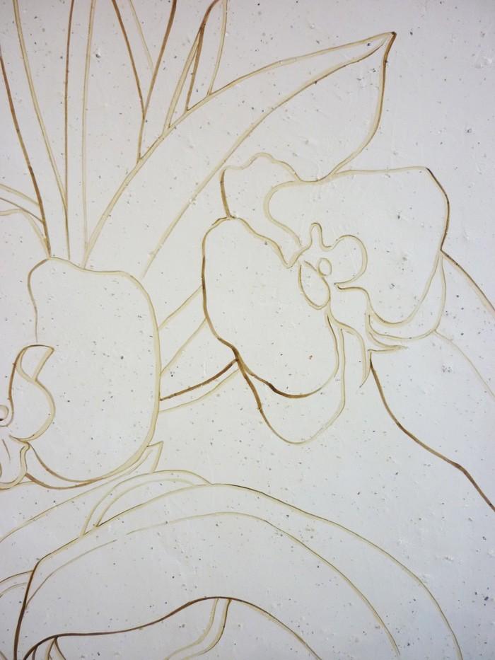 Les motifs sont peints sur le béton à la manière d'une gravure.