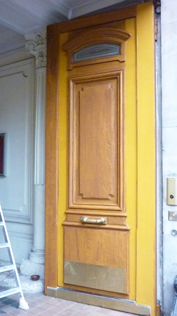 La Sté BDS Déco a rénové les boiseries et préparé les fonds. J'applique sur la couleur ocre jaune les veines du faux chêne.