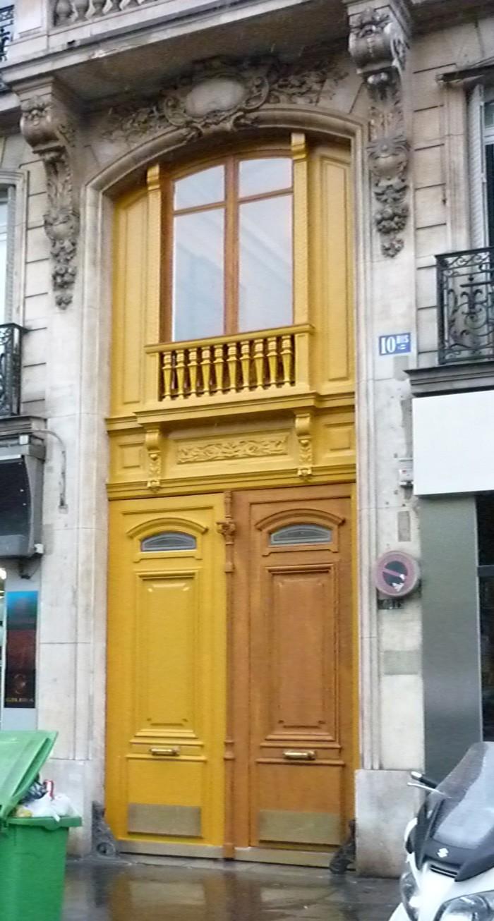 La fenêtre a été peinte depuis l'intérieur de l'appartement. Un échafaudage spécifique a été nécessaire pour le reste des interventions hautes.