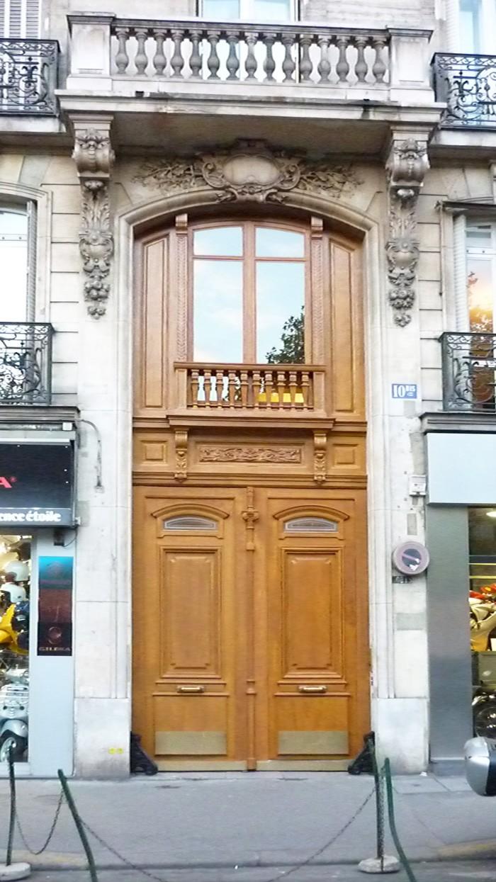 La porte rajeunie affiche désormais une allure moins austère.