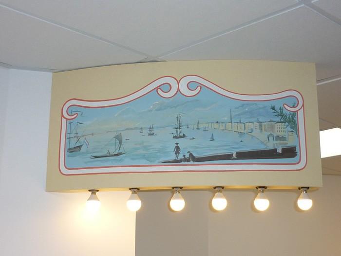 Les frontons sont traités comme à l'ancienne. Ici une vue du port de Bordeaux au XVIII° siècle,