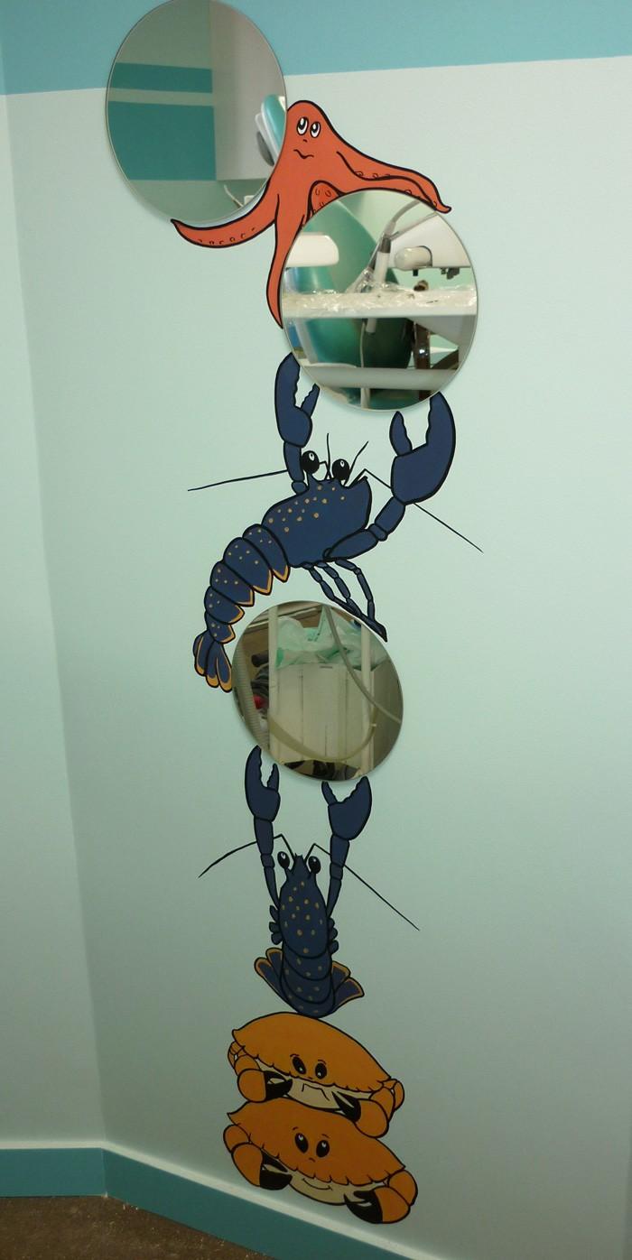 ...une acrobatie de homards, crabes et étoile de mer qui présentent 3 miroirs aux jeunes patients.